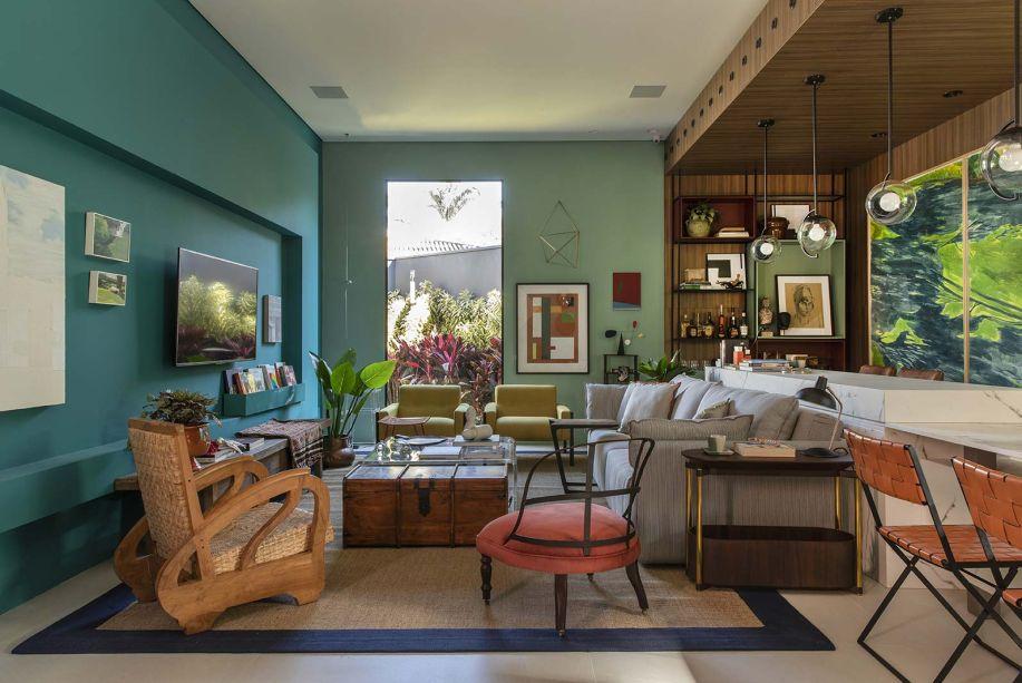 <span>Loft Refúgio Urbano - Dulce de Figueiredo Ferraz e Thácia Balbão. As cores sobressaem do projeto, que tem por característica mais forte a impressão de ser uma casa de verdade. A mesa em mármore é uma extensão do aparador atrás do sofá, e funciona como uma transição suave entre os dois ambientes.</span>
