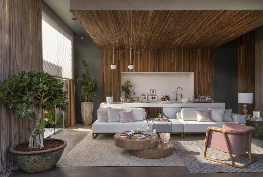 <span>Loft Essência Feminina - Simone Pedreschi. Os 60 m² se desenham na contraposição dos móveis delicados e o revestimento escuro. Detalhes em linho e crochê se encarregam de conferir mais uma dose de leveza.</span>