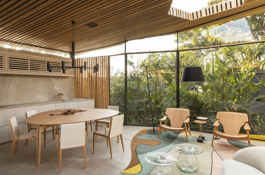 <span>Loft DECA - Mariana Orsi. O fechamento em vidro é essencial para que o verde que contorna os 56 m² adentre o espaço como parte da decoração. Os pastéis e os neutros conversam com a tonalidade, sem interferir no seu protagonismo.</span>