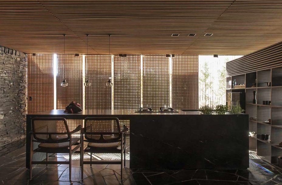 A abertura pelos muxarabis representa um desejo de manter a casa desconectada e em contato com a natureza. O teto ripado de madeira aquece e dá conforto ao ambiente.