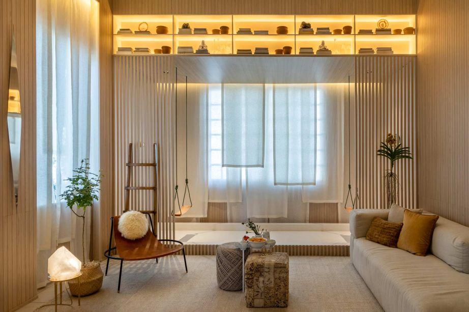 Sala Shanti - Bianca da Hora. <span>Minimalista, o espaço combina o acolhimento da madeira, a leveza dos tecidos naturais e a funcionalidade no mobiliário de jovens designers brasileiros.</span>