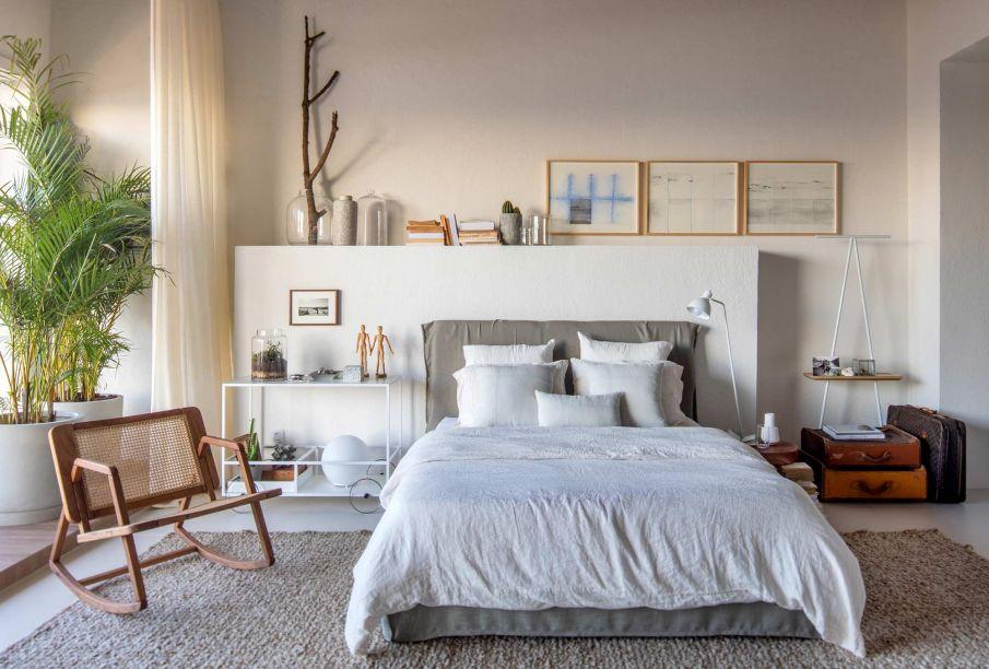 Estúdio do Viajante - Diego Raposo e Arquitetos. <span>No estúdio minimalista, os materiais naturais geram o conforto que o jovem busca na volta para casa. Malas, livros e obras de arte revelam o que é essencial para o viajante.</span>