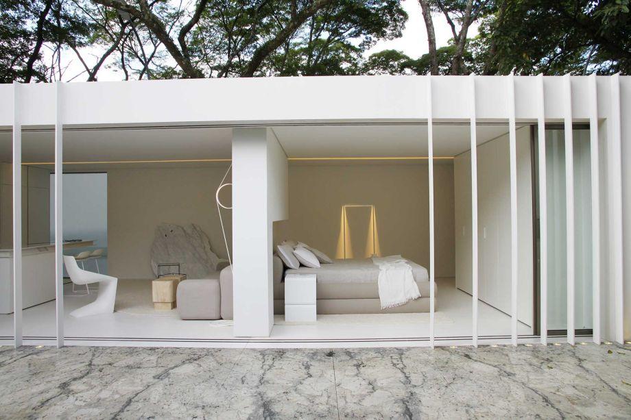 Casa Contêiner Cosentino - Marilia Pellegrini. <span>Fugindo do estilo industrial, que caracteriza a utilização de contêineres, o ambiente explora o minimalismo em seus elementos e cores, trazendo diferentes tonalidades de branco.</span>