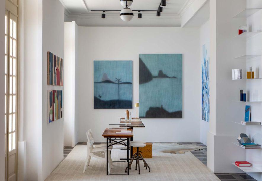 Sala da Colecionadora - Marcia e Manu Müller Arquitetura. <span>Para que as obras ocupem o lugar de destaque, um ambiente que concilia intimismo e minimalismo, com móveis e tecidos são brancos ou em leves tons de cinza.</span>