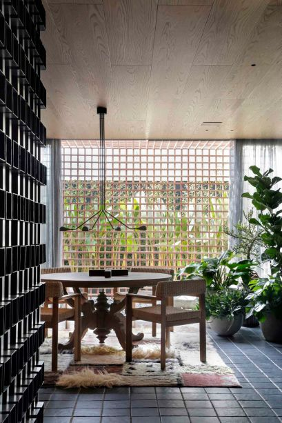 CASACOR São Paulo 2019. Casa OAK - Moacir Schmidt e Salvio Moraes Jr. <span>O painel vazado libera a visão da área externa e traz o verde para a sala de jantar, trazendo um charme extra à abertura. Tanto o piso como este painel exploram as formas quadriculadas.</span>