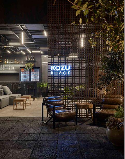 André Lenza - Kozu BLACK. Este bar e restaurante contemporâneo estava na CASACOR Goiás. Para conceber um ambiente sem barreiras, o arquiteto utilizou o muxarabi na fachada. A trama apaga a fronteira entre interior e exterior, além de criar lindos desenhos à luz do dia.