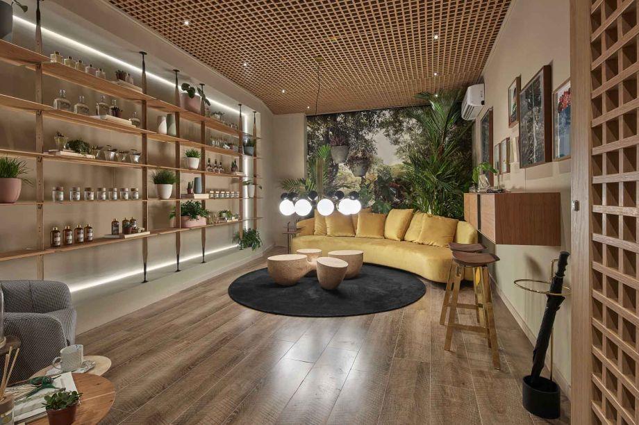 Elisa Veloso e Lissa Azevedo - Boutique de Aromas. Na CASACOR Goiás, a dupla de profissionais inova ao aplicar o muxarabi no teto. O elemento também se repete na porta e conversa com a arquitetura contemporânea do espaço, caracterizada pela mistura de elementos.