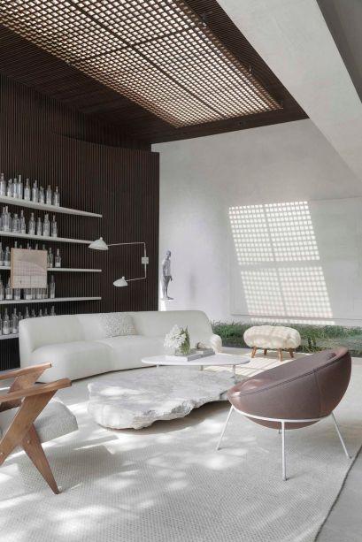 CASACOR São Paulo 2019. Casa Dendê Duratex - Nildo José. Com 155 m2 e um jardim interno no meio da sala, o lugar surpreende com uma atmosfera mística, resultado da luz natural filtrada pelo muxarabi instalado junto à cobertura de vidro.