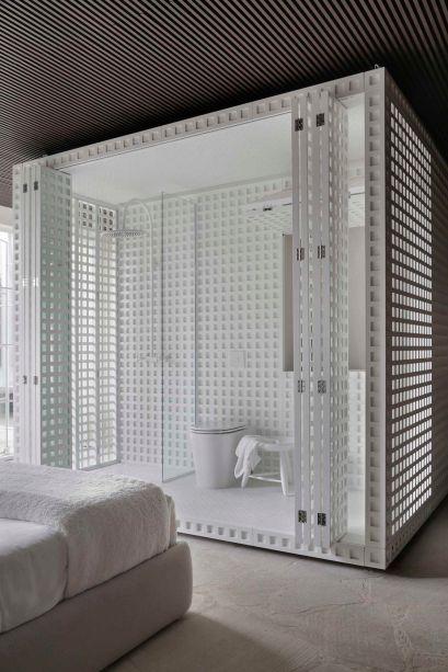 Nildo José - Casa Dendê. O módulo central totalmente envelopado pelas treliças concentrou a área da cozinha e da sala de banho em lados opostos. A luz entra totalmente no espaço, que pode ser isolado quando as portas camarão estão fechadas. A solução chamou a atenção na CASACOR São Paulo.