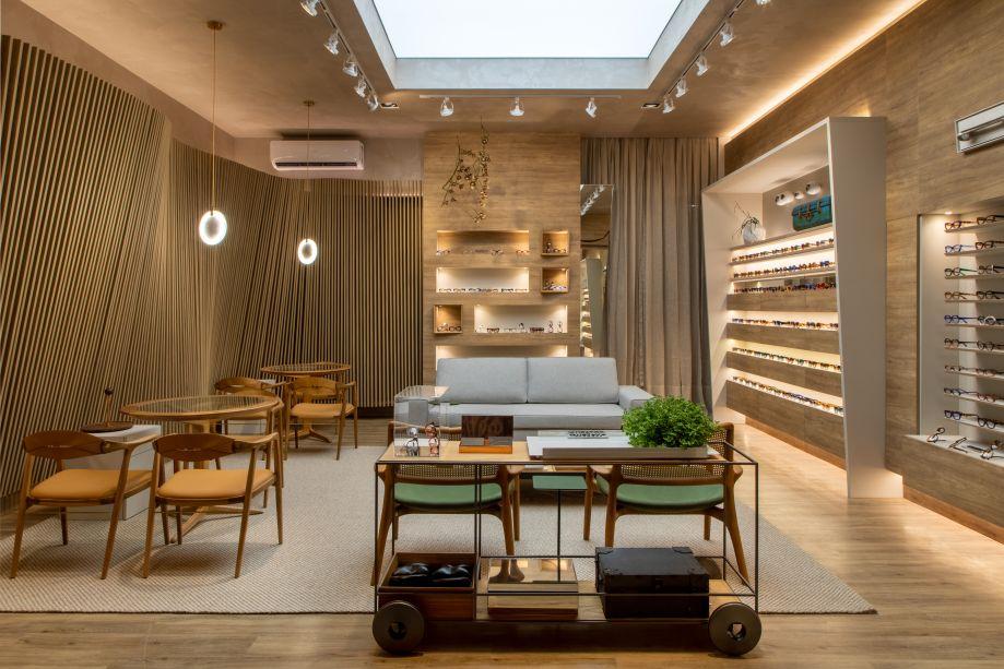 Dorys Daher e Guilherme Pereira - Galeria de Óculos. Neste misto de loja e living, a atmosfera de casa ajuda a criar uma relação mais próxima com o cliente. Para criar esse ambiente, os arquitetos investiram em cores neutras e nas madeiras claras, que valorizam ainda mais os produtos à venda.
