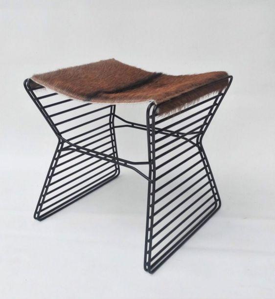 Mariana Betting e Roberto Hercowitz assinam a Arame, da Em Dois Design. A peça pode ser uma mesa ou banqueta, quando utiliza uma bandeja metálica ou um assento em pele ou lona na superfície.