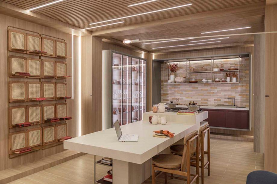 Barbara Jalles - Estúdio Conexão. A arquiteta abusou da madeira no projeto, utilizada no piso e também para emoldurar as paredes. A palhinha aparece de forma original, na instalação de prateleiras criada pelo Estúdio Alfaia.