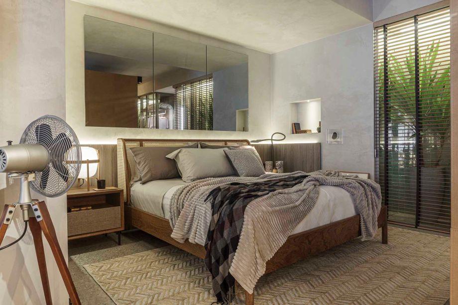 Fernando Piva - Estúdio Plural. O arquiteto pensou em materiais que trazem a sensação de refúgio, tão necessária para a rotina contemporânea. Entre eles, destaque para a palhinha na cabeceira que abraça a cama.