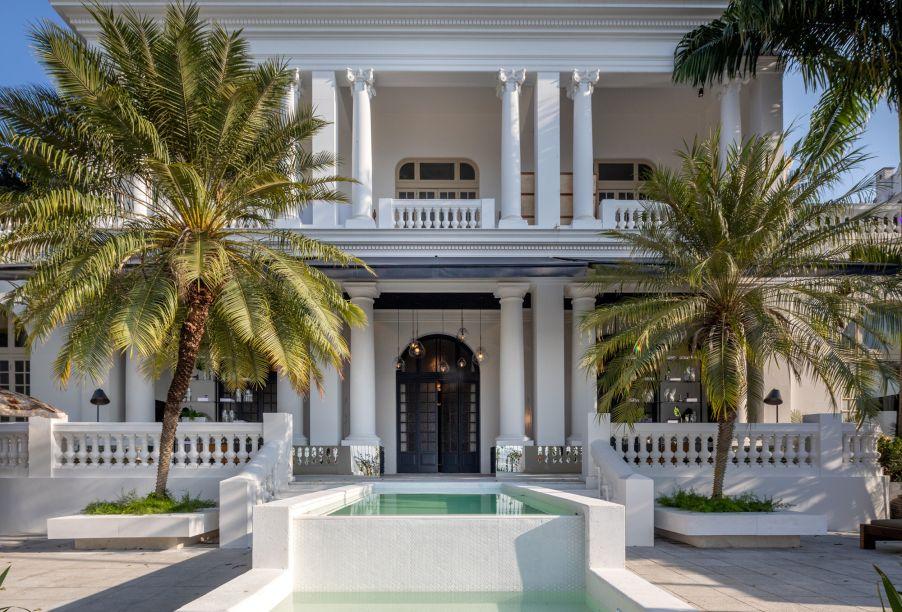 Mauricio Nóbrega - Varanda Deca. Um sonho tornado realidade é a varanda-SPA com 320 m² de frente para a Baía de Guanabara. A arquitetura do prédio garantiu a inspiração do projeto, que se espelhou nas construções em balneários mundo afora. De dentro, a visão é da piscina que parece se unir ao mar.