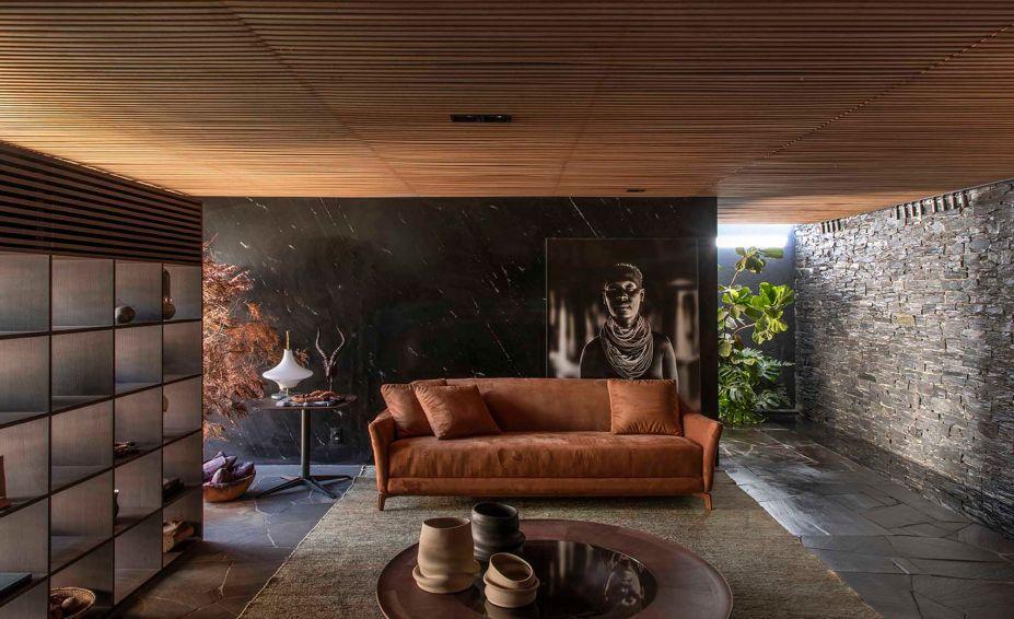 Mariana e Filipi Oliveira - Meia Casa. O espaço faz alusão à cozinha da roça e ao jeito brasileiro de morar. A luz e a integração com a área externa são redefinidos pelas aberturas dos muxarabis.