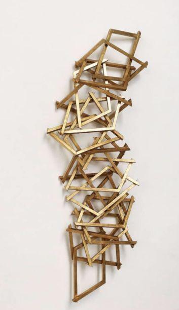 Mario Sergio Lopomo assina esculturas como esta, da série Ninho, com acabamento dourado envelhecidos. O artista está à frente do Studio Lopomo, um ateliê multidisciplinar que fomenta uma rede de artistas, artesãos e aprendizes, com foco na criação de peças únicas ou em tiragens limitadas.