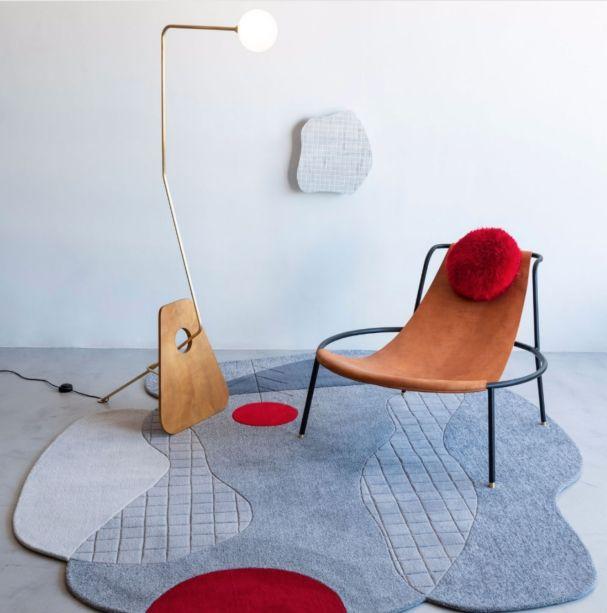 O tapete Pompéia é assinado por Giácomo Tomazzi para a marca Decoralle, que está entre os expositores confirmados no segmento superfícies da High Design Expo 2019. Tomazzi também é o autor da Poltrona Bo e da luminária Modernista, na imagem.