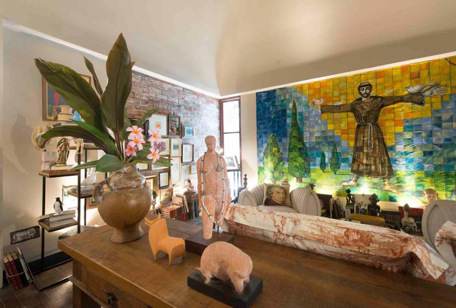 Memórias - Sergei de Castro.O ambiente remete às memórias dos 21 anos de CASACOR Ceará que o decorador participou. São reminiscências das vidas em comum, representadas por livros e objetos de todo esse período, e da amizade estabelecida entre os espaços concebidos.