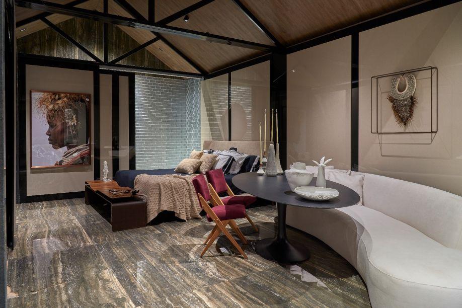 Gustavo Barone – Home. Com 45m², o espaço traz um feeling asiático com uma pitada de minimalismo. Ele passeia pelas texturas familiares da madeira e da pedra, em ambientes que se conectam com painéis de correr. Destaque para o teto em duas águas com tesouras, queremete a uma casa tradicional e rústica.