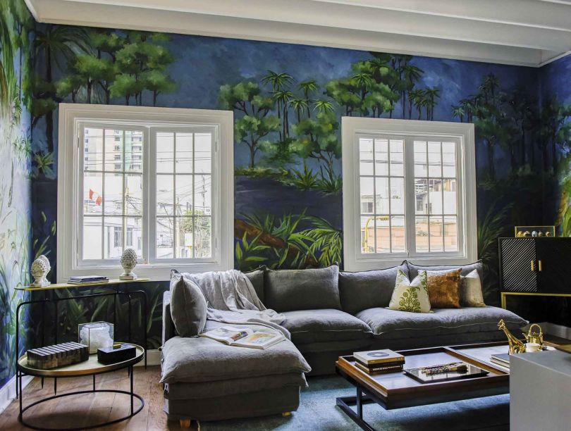 Suite - Renzo Del Castillo e Soledad Stahl. A beleza original do espaço foi enaltecida com elementos que a renovam, como o painel de parede exuberante. Móveis de linhas simples, estofados e poltronas super confortáveis se encontram com elementos locais, como objetos em madeira peruana ecológica.