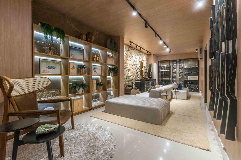 Bruna Gosson - Adega. Pedras e lâminas de madeira dividem o protagonismo nas paredes que envolvem a adega. O espaço central foi liberado para posicionar um generoso sofá modular, que permite diversas configurações e cria um ambiente de degustação mais informal.