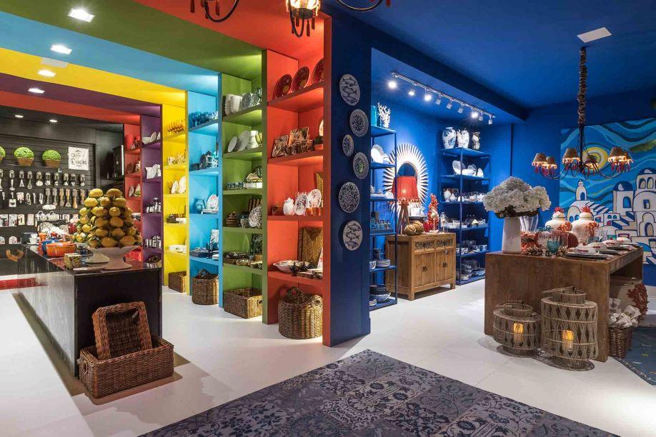 Claudiny Cavalcanti e Maria Luiza Lamas - Loja. A Loja projetada pelas arquitetas traz uma atmosfera receptiva, com um colorido vibrante que faz o visitante viajar por diversas culturas.