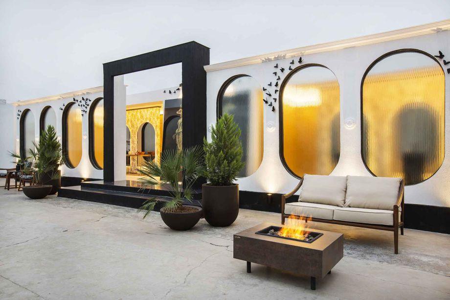 Toilettes - Andrea Ruizcaro. Borboletas em pleno voo são aderidas à fachada, cujas aberturas revelam a iluminação dos ambientes e citam o formato elegante dos arcos originais que caracterizam o palacete.