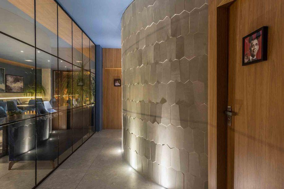 Leopoldo Rosado - Lavabos Funcionais. Com 130 m², o projeto reúne o espaço de convivência do bar e lavabos funcionais da mostra. Nos lavabos, a leveza do granulito associado aos cortes especiais em porcelanato criam beleza e funcionalidade