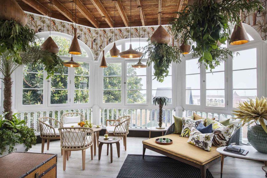 Loft de los Cinco Sentidos - Carla Canepa. Muita luz e verde natural para celebrar o dia, neste ambiente envolvido pelas texturas naturais. O teto aquece e dele vem um conjunto de luminárias pendentes que exploram a madeira no design.