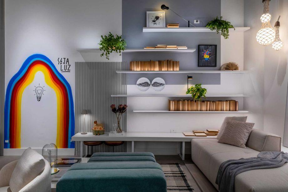 O espaço Archa Connect do Arc Studio se ilumina diante da colorida arte de Felipe Guga, que confere originalidade sob um espectro que varia do amarelo ao azul. Espaço de conexão e networking entre arquitetos, o espaço inspira criatividade.
