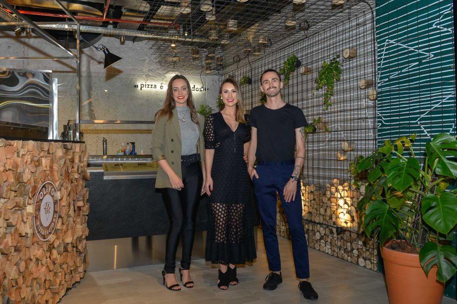 Julia Zanette, Sandra Coral e Rodrigo Martins Gheller no espaço Pizza para todos.