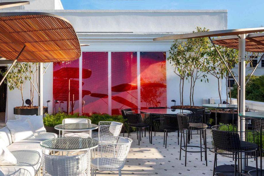 O terraço que recebe o CH'A Bar, assinado por Gisele Taranto, permite que se veja de pertinho a Torre do Relógio e sua intervenção que a segue, além de acompanhar obras de nomes como Maritza Caneca e Claudia Melli.