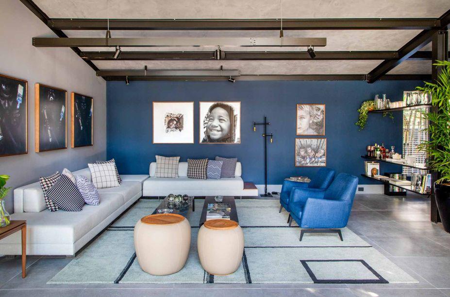 As fotos de Betto Gatti ganham as paredes da Casa do Bem, de Jorge Delmas, em uma disposição que se assemelha à galeria de arte. O azul profundo conquista logo o olhar, no loft contemporâneo que toma cuidado com os excessos.
