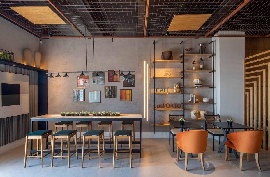A malha metálica é a escolha de Kilze Guimarães para seu Café do Porto, espaço foi setorizado em pequenos ambientes com diferentes configurações. Para além do que se vê, o projeto traz soluções funcionais como cabos USB para os clientes e a correta gestão dos resíduos gerados na cozinha.