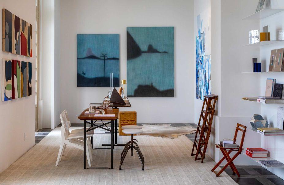 Decorada por Marcia e Manu Müller, a Sala da Colecionadora selecionou trabalhos que dialogassem com a arquitetura histórica do edifício. Assim, valoriza seus adornos de art déco e emoldura a vista dá para a a Baía de Guanabara.