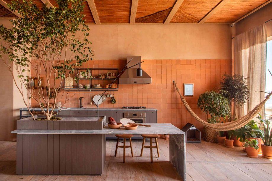 O Estúdio Elã integra quarto, sala e cozinha sob o mesmo teto de palha e madeira. Despretensioso, o espaço da Toca Arquitetura conta com o terracota avermelhado para conferir afetividade e reforçar a ligação com a natureza.