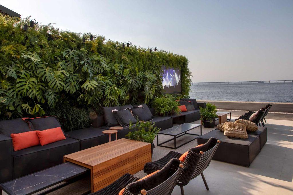 varanda do cais casacor rio de janeiro 2019 carmen mouro sofá wide mobiliário varanda terraço vista jardim vertical