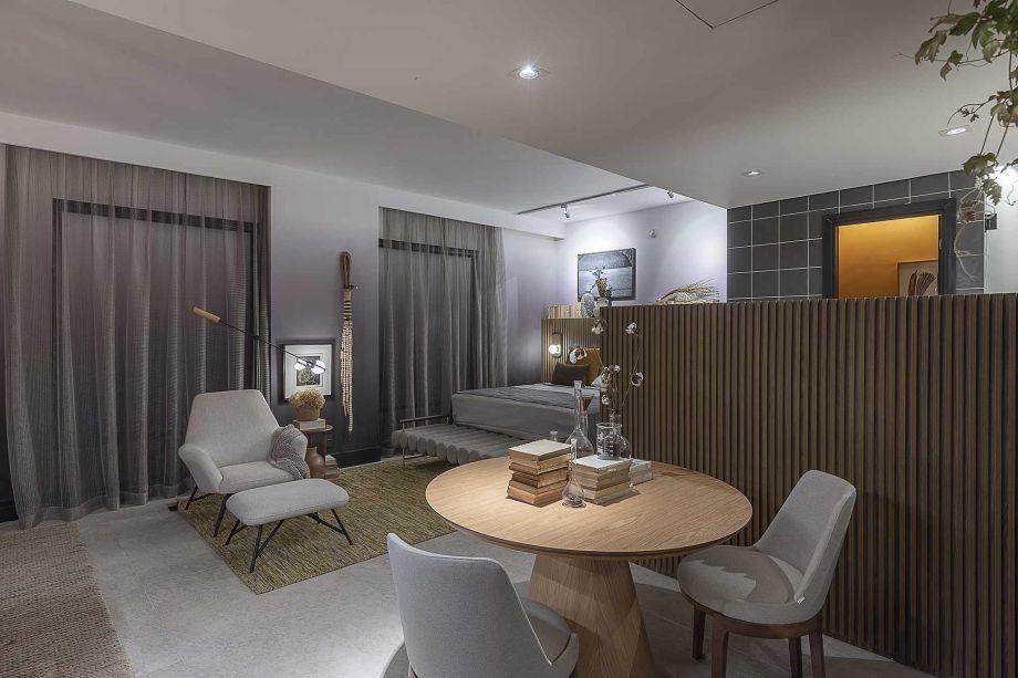 Suíte Terra - Leo Shehtman. O ambiente propõe uma reconexão com o essencial, simbolizado pelo elemento terra. Com 38 m², o espaço conta com dormitório, banheiro, área para refeições e repouso e bancada de trabalho.