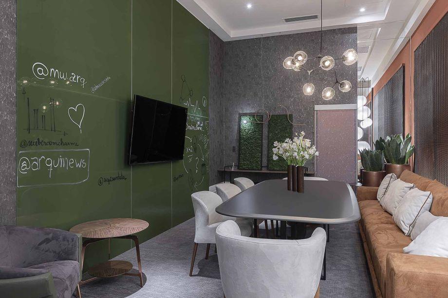 Meet & Greet Spot - MW Arquitetura. Idealizado com um conceito híbrido de sala de jantares executivos e reuniões informais, o espaço visa o bem estar e o conforto dos usuários. O mobiliário garante o conforto necessário para esses encontros, como as poltronas Bloom e Virtus.