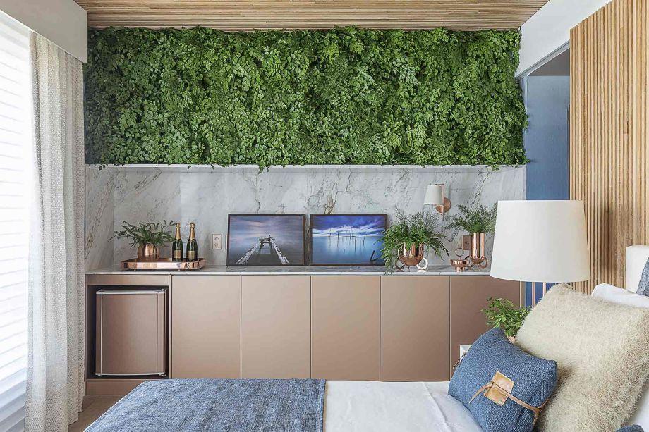 A madeira também reforça a sensação aconchegante, que faz o hóspede se sentir confortável como em seu próprio lar. O verde do jardim interno promove um contato com a natureza, e reforça sua estética natural.