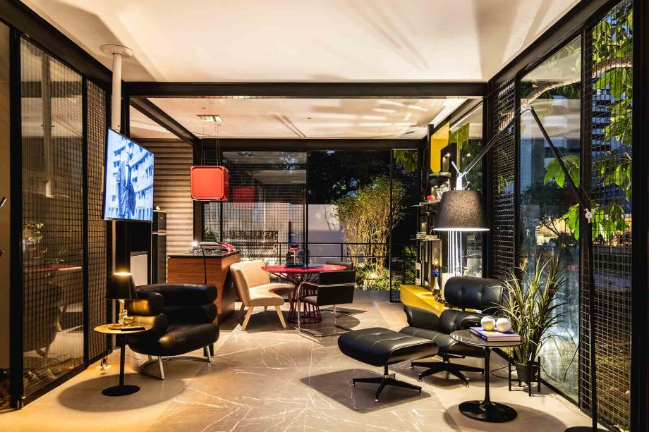 Casa Bauhaus | Espaço Deca - Rosalinda Pinheiro.No ano de comemoração do centenário da Bauhaus, uma casa modernista de 52m² homenageia a escola que revolucionou o design mundial e que ainda influencia muitos designers. São dois níveis: o térreo estilo loft, com cozinha gourmet integrada e grande sala, e o terraço superior, com bancada gourmet de apoio, uma mesa ampla e estar com cadeiras confortáveis. A horta é um dos destaques do projeto.