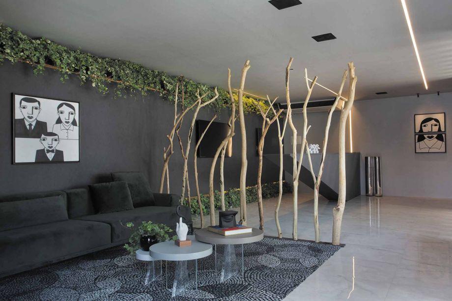 Com o intuito de criar um ambiente harmônico entre matéria-prima e meio ambiente, os arquitetos Guilherme Dias e Lívia Paschoal, do escritório DiP Studio Arquitetura, trouxeram o conceito de autossustentabilidade à mostra. A madeira acrescenta calor ao espaço, percebida logo na porta de entrada do ambiente e nas brises.