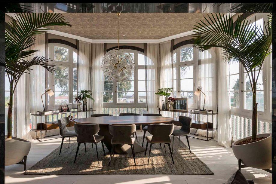 Loft Del Tenor - Vera Velarde e Lizette Miró Quesada. O espaço transmite a energia vibrante da música clássica, equilibrando modernidade e tradição. O layout solto e o mobiliário de linhas contemporâneas se contrapõem à formalidade da arquitetura clássica, que ainda inspira a simetria da composição.