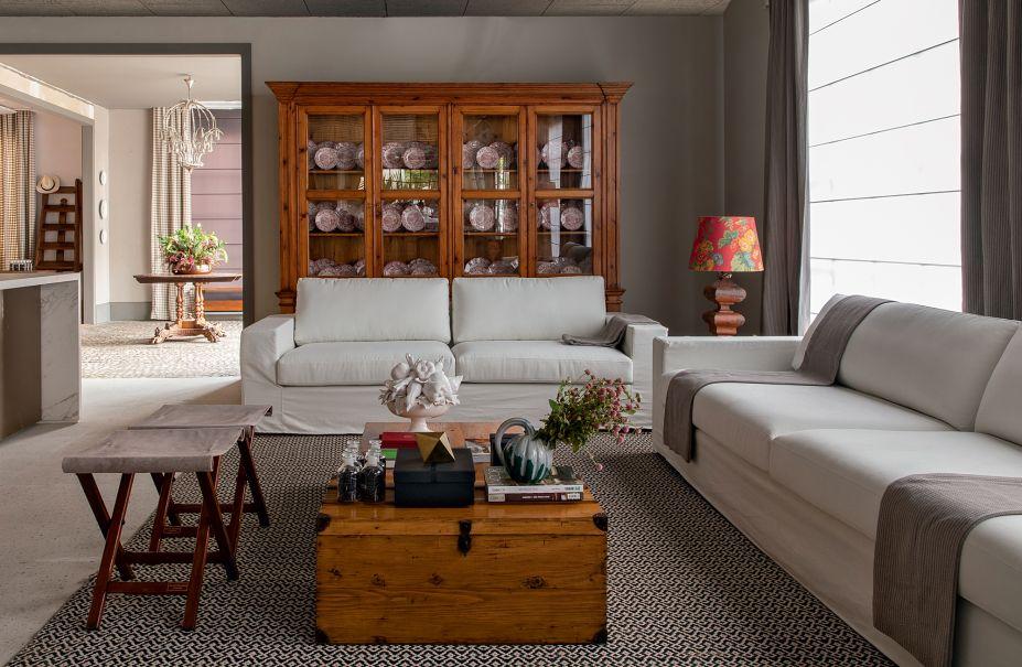 Living do Restaurante - Gustavo Paschoalim. Com 600m², o espaço conta com três ambientes: living, lounge do restaurante e salão principal. Inspirado na arquitetura das residências da região dos Hamptons e no estilo de vida cosmopolita de Manhattan, é um mix de estilos entre o contemporâneo e o clássico.