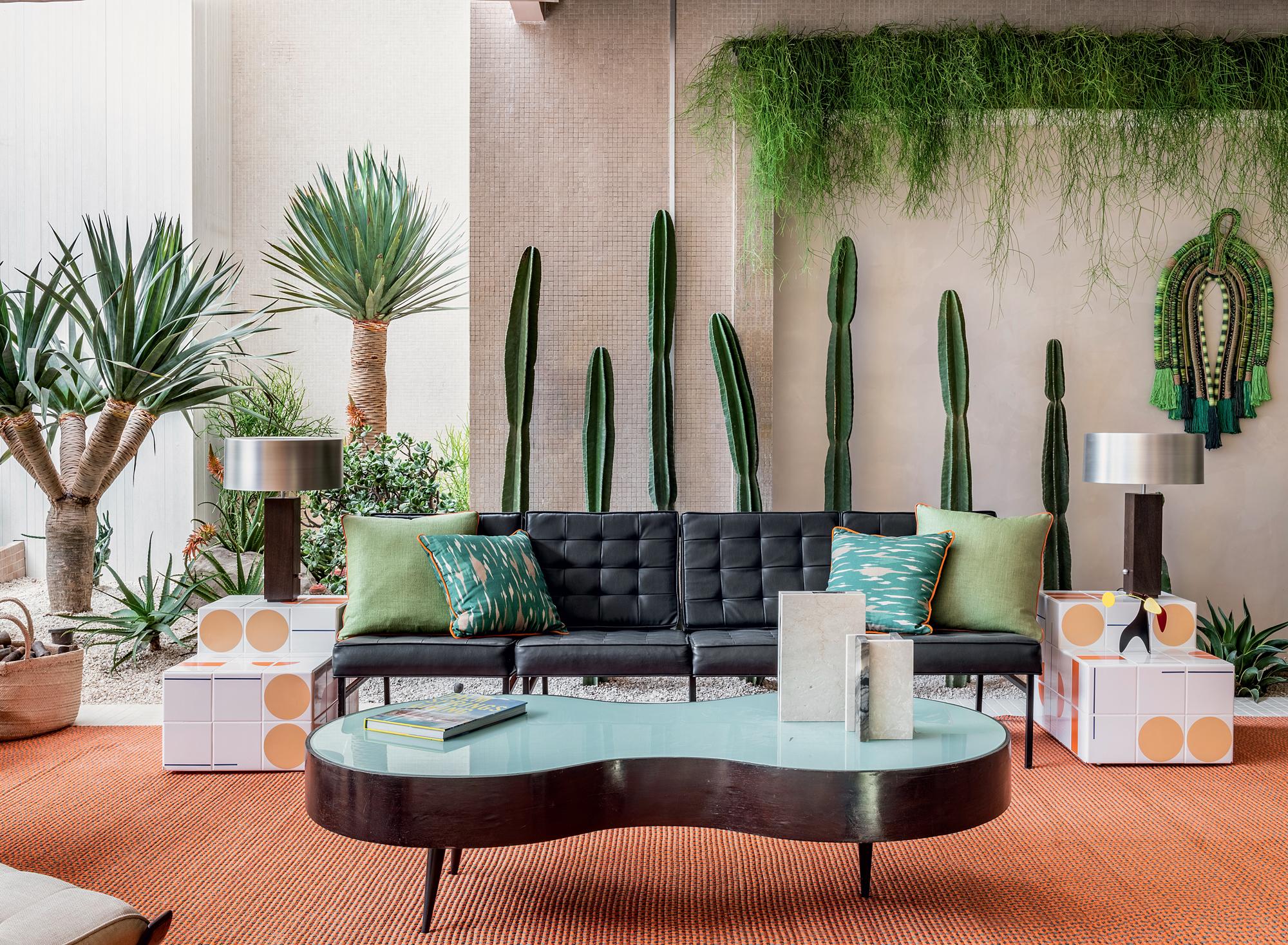 O ambiente de Jean de Just para a CASACOR São Paulo 2019 exibe folhagens e mandacarus de várias alturas, além de ripsális na prateira superior, compondo um jardim seco inspirado na paisagem de Palm Springs, Califórnia.