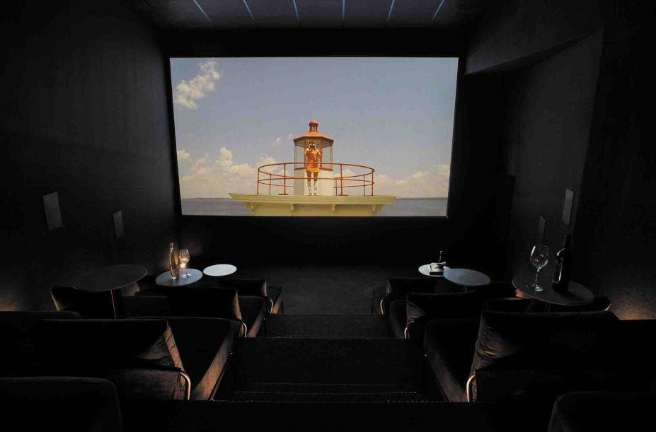 Cinema Zafiro - Poligonus Arquitetura. Luz, imagem e som perfazem uma experiência única, que traduz a essência do cinema. O caminho traçado pela incidência da luz, revelado a partir de uma composição de cobogós, conduz o visitante através de circuito sensorial, que combina acústica e uma potente tela de duzentas polegadas.