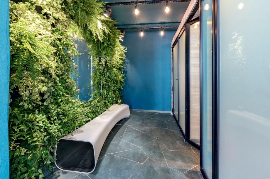 """Banheiro Voyeur - Unik Arquitetura e Estúdio Aker. O banheiro """"Voyeur"""" tem cabines com fechamento em vidro transparente. Porém, quando a porta é fechada, torna-se opaco, conferindo total privacidade. Para estimular ainda mais o usuário, as arquitetas usaram um recurso de trompe l'oeil - no fundo das cabines - com imagens em perspectiva para criar a ilusão de continuidade."""