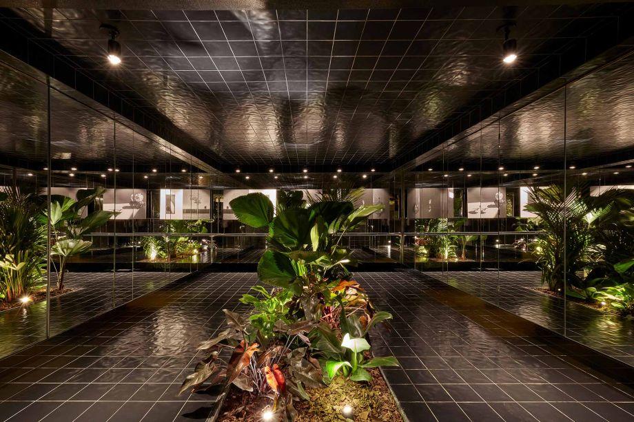 Lavabo Subversivo - Anna Albano e Camila Abrahão. CASACOR Brasília 2019. O espaço de 44 m² apresenta apenas dois revestimentos, ladrilhos e espelhos, e não há distinção entre o piso e o teto do local - um parece refletir o outro. No centro do ambiente, o jardim interno estabelece outro eixo simétrico.