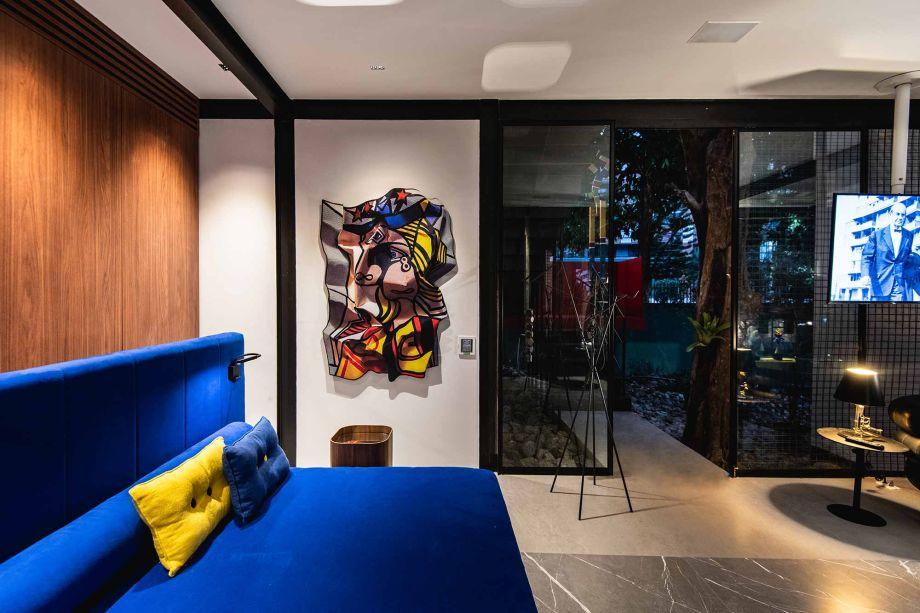 No ano de centenário da Bauhaus, Rosalinda Pinheiro homenageia a escola alemã em uma casa modernista de 52 m². A Casa Bauhaus | Espaço DECA se divide em dois níveis: o térreo estilo loft, com cozinha gourmet integrada e grande sala, e o terraço superior, com bancada gourmet de apoio, uma mesa ampla e estar com cadeiras confortáveis.