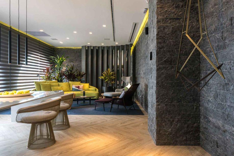 O aspecto rústico que a pedra das paredes leva à composição não conflitua com a tecnologia de automação que percorre todos seus espaços. O grande painel decorativo ao fundo da cena é destaque, com função dupla também de armário.